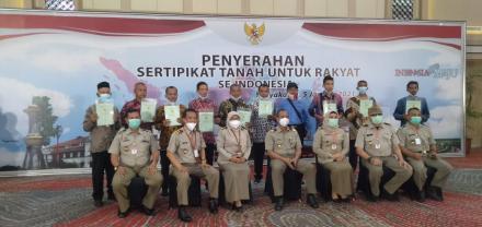 WARGA WIROKERTEN HADIRI PENYERAHAN SERTIFIKAT TANAH UNTUK RAKYAT SE-INDONESIA